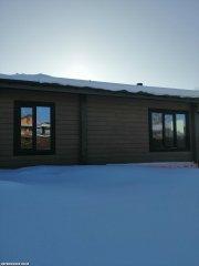 Дом с окнами из лиственницы